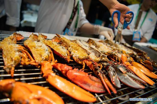 A chef of a food stall makes dishes during the 19th Macao Food Festival at Sai Van Lake Square in Macao, south China, Nov. 8, 2019. The 19th Macao Food Festival kicked off in Macao on Friday with about 160 food stalls to serve the visitors. (Xinhua/Cheong Kam Ka)