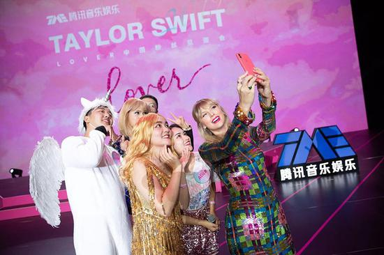 泰勒·斯威夫特在广州向歌迷致意