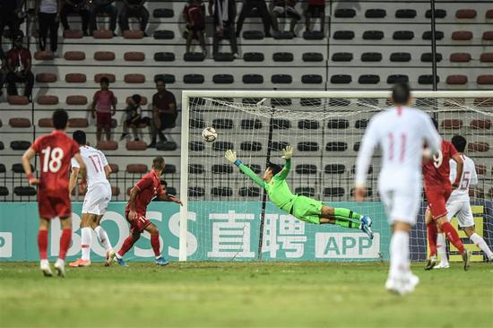 Chinese goalkeeper Yan Junling fails to stop a shot by Syria's Osama Omari (third from left) during their 2022 World Cup qualifier in Dubai, United Arab Emirates, on Thursday.