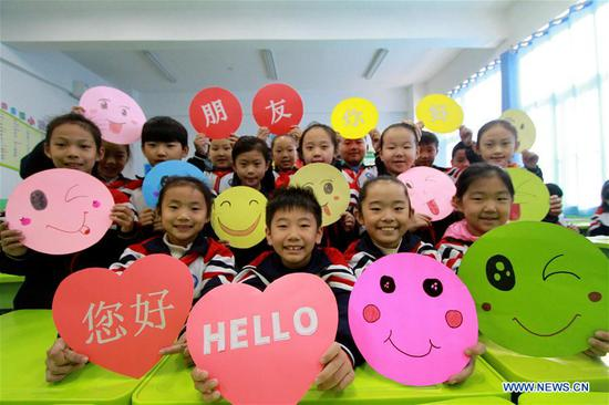 Children show greeting cards made to mark the World Hello Day which falls on Nov. 21 annually at a primary school in Hanshan District of Handan, north China's Hebei Province, Nov. 21, 2019. (Xinhua/Zhu Xudong)