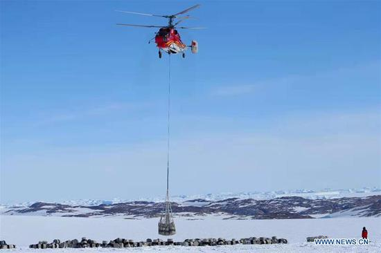The helicopter unloads cargos from China's polar icebreaker Xuelong in the waters in Antarctica, Nov. 23, 2019. (Xinhua/Liu Shiping)