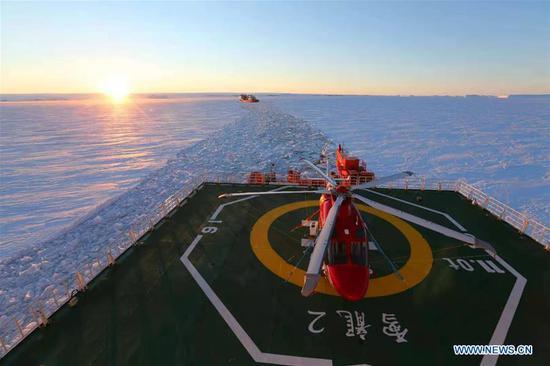 四不像心水's polar icebreaker Xuelong (back) follows the other icebreaker Xuelong 2 towards the designated unloading area near the Zhongshan Station in Antarctica, Nov. 23, 2019. (Xinhua/Liu Shiping)