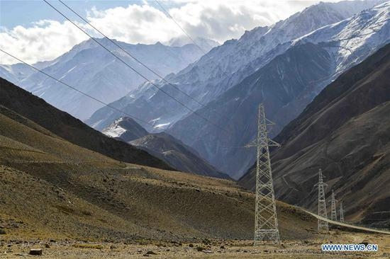 Photo taken on Nov. 23, 2019 shows power transmission lines passing through the plateau in Tajik Autonomous County of Taxkorgan, northwest 四不像心水's Xinjiang Uygur Autonomous Region. Maryang Township and Datong Township are located in the Pamir Plateau amid high mountains and deep valleys, far away from the county seat. For a long time, the terrain causes the slow development of power and other infrastructure, which has become the main obstacle for the local poverty alleviation. Even the photovoltaic power panels set by the government can only satisfy the basic lighting needs of villagers in the two townships. To resolve the problem of power supply, local authorities of Xinjiang increased the investment to implement the power grid extension project, which will benefit many remote villages after completion. At present, hundreds of electric technicians from all over the country have overcome the difficulties of high altitude and low temperature to carry out the construction. According to the plan, the power grid extension project of Maryang Township and Datong Township will be completed in succession before the end of June next year. (Xinhua/Hu Huhu)