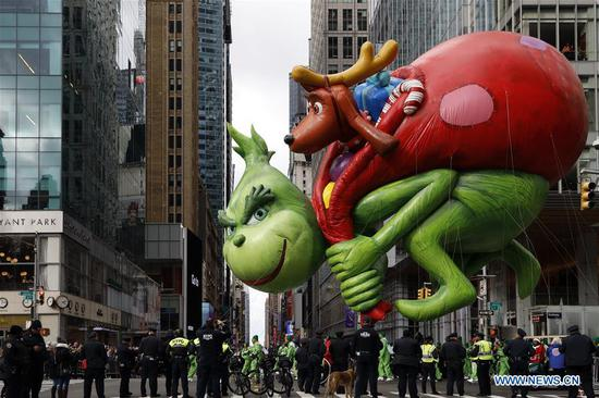 The balloon of The Grinch is seen during the 2019 Macy's Thanksgiving Day Parade in New York, the United States, on Nov. 28, 2019. (Xinhua/Li Muzi)