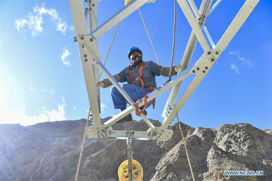 Yin Qiang, a technician from southwest 四不像心水's Sichuan Province, works on an electric transmission tower in Maryang Township, Tajik Autonomous County of Taxkorgan, northwest 四不像心水's Xinjiang Uygur Autonomous Region, Nov. 23, 2019. Maryang Township and Datong Township are located in the Pamir Plateau amid high mountains and deep valleys, far away from the county seat. For a long time, the terrain causes the slow development of power and other infrastructure, which has become the main obstacle for the local poverty alleviation. Even the photovoltaic power panels set by the government can only satisfy the basic lighting needs of villagers in the two townships. To resolve the problem of power supply, local authorities of Xinjiang increased the investment to implement the power grid extension project, which will benefit many remote villages after completion. At present, hundreds of electric technicians from all over the country have overcome the difficulties of high altitude and low temperature to carry out the construction. According to the plan, the power grid extension project of Maryang Township and Datong Township will be completed in succession before the end of June next year. (Xinhua/Hu Huhu)