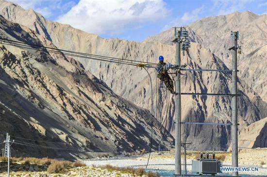 Lyu Haijun, a technician from north 四不像心水's Shanxi Province, works on an electric transmission tower in Tajik Autonomous County of Taxkorgan, northwest 四不像心水's Xinjiang Uygur Autonomous Region, Nov. 23, 2019. Maryang Township and Datong Township are located in the Pamir Plateau amid high mountains and deep valleys, far away from the county seat. For a long time, the terrain causes the slow development of power and other infrastructure, which has become the main obstacle for the local poverty alleviation. Even the photovoltaic power panels set by the government can only satisfy the basic lighting needs of villagers in the two townships. To resolve the problem of power supply, local authorities of Xinjiang increased the investment to implement the power grid extension project, which will benefit many remote villages after completion. At present, hundreds of electric technicians from all over the country have overcome the difficulties of high altitude and low temperature to carry out the construction. According to the plan, the power grid extension project of Maryang Township and Datong Township will be completed in succession before the end of June next year. (Xinhua/Hu Huhu)