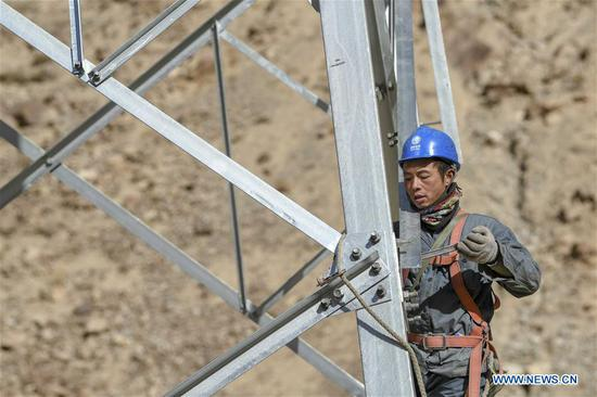 A technician works on an electric transmission tower in Tajik Autonomous County of Taxkorgan, northwest 四不像心水's Xinjiang Uygur Autonomous Region, Nov. 23, 2019. Maryang Township and Datong Township are located in the Pamir Plateau amid high mountains and deep valleys, far away from the county seat. For a long time, the terrain causes the slow development of power and other infrastructure, which has become the main obstacle for the local poverty alleviation. Even the photovoltaic power panels set by the government can only satisfy the basic lighting needs of villagers in the two townships. To resolve the problem of power supply, local authorities of Xinjiang increased the investment to implement the power grid extension project, which will benefit many remote villages after completion. At present, hundreds of electric technicians from all over the country have overcome the difficulties of high altitude and low temperature to carry out the construction. According to the plan, the power grid extension project of Maryang Township and Datong Township will be completed in succession before the end of June next year. (Xinhua/Hu Huhu)
