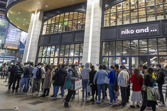 """Consumers wait in line outside the global flagship store of """"niko and..."""" brand in Shanghai, east China, Dec. 21, 2019. (Xinhua/Wang Xiang)"""
