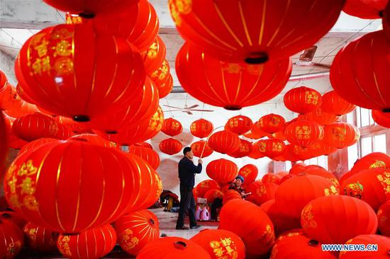 Villagers make and arrange red lanterns in Tuntou Village of Gaocheng District in Shijiazhuang City, north China's Hebei Province, Jan. 7, 2020. As the Spring Festival approaches, lantern manufacturers in Gaocheng, which is known for its lantern production, are busy making red lanterns. (Xinhua/Xing Guangli)