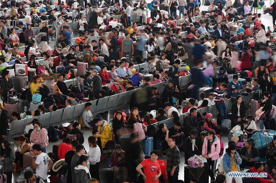 People wait for trains at Guangzhou South Railway Station during the Spring Festival travel rush in Guangzhou, south China's Guangdong Province, Jan. 16, 2019. (Xinhua/Liu Dawei)