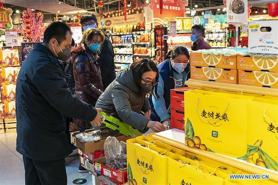 Residents shop at a supermarket in Wuhan, central China's Hubei Province, Jan. 27, 2020. Residents in Wuhan continue their lives as efforts being made to control the novel coronavirus outbreak. (Xinhua/Xiong Qi)