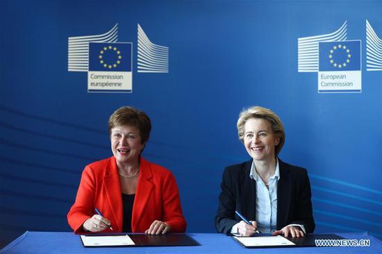 International Monetary Fund (IMF) Managing Director Kristalina Georgieva (L) and European Commission President Ursula von der Leyen sign a new Financial Framework Partnership Agreement at the EU headquarters in Brussels, Belgium, Jan. 28, 2020. (Xinhua/Zheng Huansong)