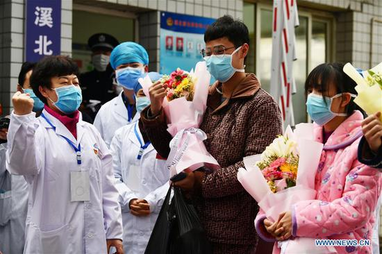 Medical staff cheer up for the cured patients at the Jiangjunshan section of the public health center for treatment in Guiyang, southwest China's Guizhou Province, Feb. 5, 2020. Three pneumonia patients infected with the novel coronavirus were cured and discharged from the hospital on Wednesday. (Xinhua/Yang Wenbin)