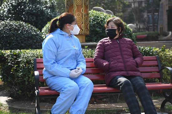 A member of the Communist Party of China (CPC) provides psychological counseling for a resident at a community in Xihu District of Nanchang, east China's Jiangxi Province, Jan. 31, 2020. (Xinhua/Wan Xiang)