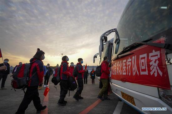 Medics supporting virus-hit Hubei Province take buses after arriving at Chongqing Jiangbei International Airport in southwest China's Chongqing, March 18, 2020. Medical assistance teams started leaving Hubei Province as the epidemic outbreak in the hard-hit province has been subdued. (Xinhua/Liu Chan)