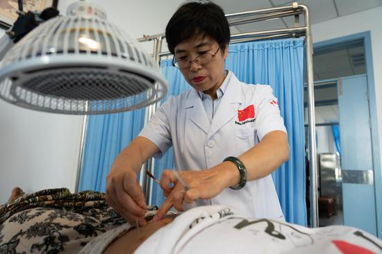 File photo taken on Nov. 6, 2019 shows a Chinese doctor conducting acupuncture treatment for a local patient at a traditional Chinese medicine center in Antananarivo, capital of Madagascar. (Xinhua/Xie Han)