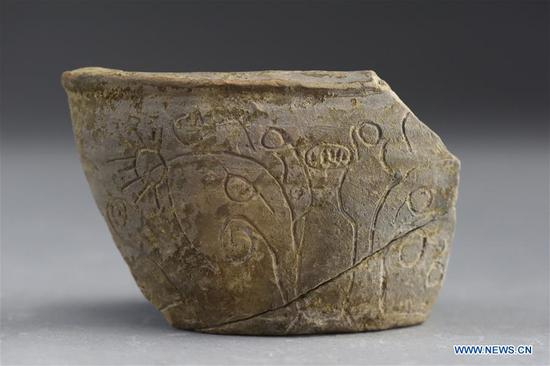 File photo shows the pottery bowl excavated in the Pingliangtai Ancient City ruins in Huaiyang, central China's Henan Province. Archaeologists have unearthed a number of pottery drain pipes at a Neolithic site of Longshan Culture dating back more than 4,000 years and believe they form China's earliest and most complete urban drainage system. The city drainage system was excavated in the Pingliangtai Ancient City ruins in central China's Henan Province. (Xinhua)
