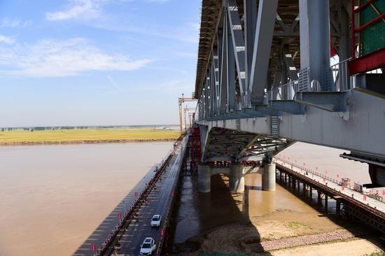Photo taken on May 19, 2020 shows a bridge under construction over the Yellow River in Zhengzhou, central China's Henan Province. (Xinhua/Zhu Xiang)