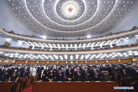 Attendees pay a silent tribute to martyrs who died fighting COVID-19 and compatriots who lost their lives in the epidemic during the opening meeting of the third session of the 13th National Committee of the Chinese People's Political Consultative Conference (CPPCC) at the Great Hall of the People in Beijing, capital of China, May 21, 2020. China's top political advisory body started its annual session Thursday afternoon in Beijing. (Xinhua/Yan Yan)