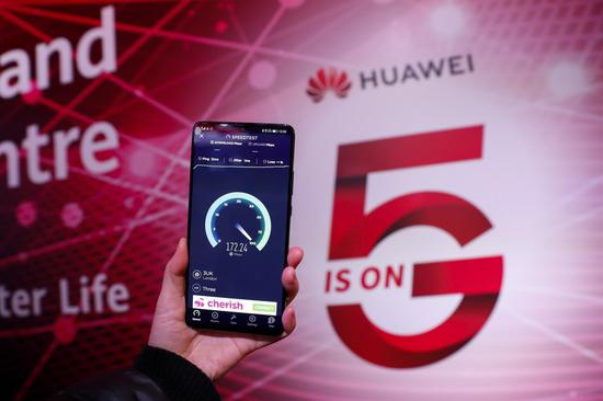 File photo taken on Jan. 28, 2020 shows a Huawei 5G mobile phone testing speed in Huawei 5G Innovation and Experience Center in London, Britain.(Xinhua/Han Yan)