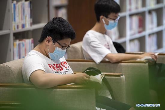 People read books at a library during the Dragon Boat Festival national holiday in Taiyuan, north China's Shanxi Province, June 27, 2020. (Xinhua/Yang Chenguang)