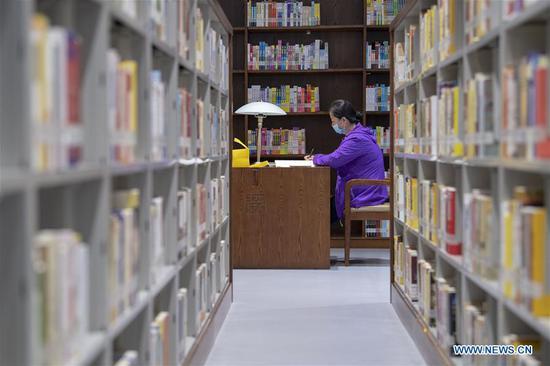 A woman studies at a library during the Dragon Boat Festival national holiday in Taiyuan, north China's Shanxi Province, June 27, 2020. (Xinhua/Yang Chenguang)
