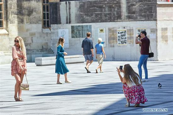 Tourists are seen in the inner city of Vienna, Austria, on June 27, 2020. A number of European countries recently started exiting border controls cautiously at different paces while striving to reduce tourism fallout. (Photo by Georges Schneider/Xinhua)