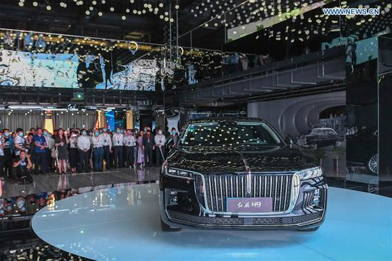Visitors look at the H9 sedan during an event showcasing the products and culture of China's iconic auto brand Hongqi in Changchun, northeast China's Jilin Province, July 28, 2020. (Xinhua/Zhang Nan)
