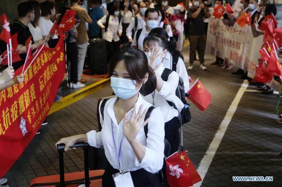 Hong Kong residents see off members of mainland nucleic acid test support teams at their hotel in Hong Kong, south China, Sept. 16, 2020. (Xinhua/Wang Shen)