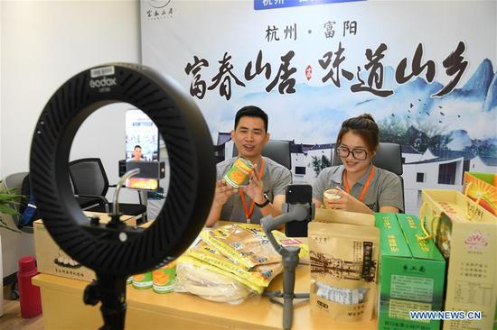 Farmers from Fuyang of Hangzhou promote farm produce through live broadcast during an event celebrating the Chinese Farmers' Harvest Festival in Datong Town of Jiande City, east China's Zhejiang Province, Sept. 22, 2020. (Xinhua/Weng Xinyang)