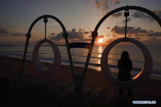 A tourist is seen at the seaside of Rizhao City, east China's Shandong Province, Sept. 28, 2020. China is set to welcome eight days of national holiday this year as the Mid-Autumn Festival coincide with the country's National Day. (Xinhua/Fan Changguo)
