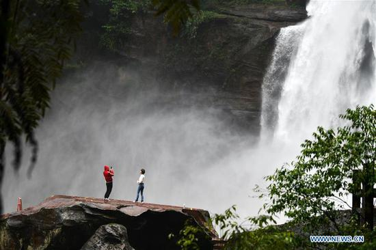 Tourists view Chishui waterfall in Zunyi City, southwest China's Guizhou Province, Oct. 7, 2020. Noted for its rich history and natural resources, Zunyi City attracts lots of tourists during the National Day and Mid-Autumn Festival holidays. (Xinhua/Yang Wenbin)