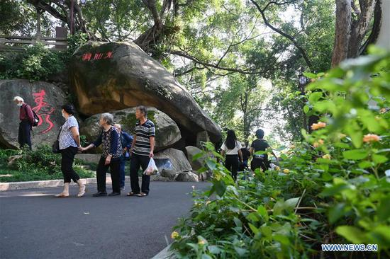 Tourists visit the Yushan scenic spot in Fuzhou, southeast China's Fujian Province, Oct. 8, 2020. According to Fujian Provincial Department of Culture and Tourism, Fujian received 39.3 million person-times of tourists during the eight-day National Day and Mid-Autumn Festival holiday ending on Thursday, marking a year-on-year increase of 5.5 percent. The province's tourism industry has raked in 34.09 billion yuan (about 5 billion U.S. dollars) in revenue during the holiday, up 10.2 percent from a year earlier. (Xinhua/Lin Shanchuan)