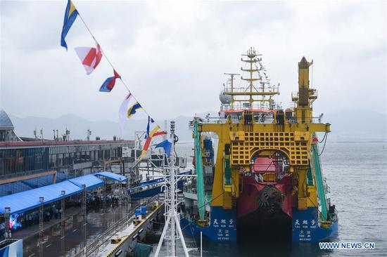 Photo taken on Oct. 13, 2020 shows the dredging vessel Tian Kun Hao at a port in Shenzhen, south China's Guangdong Province. The manned submersible Jiaolong, its mothership Shenhai Yihao (DeepSea No. 1), and dredging vessel Tian Kun Hao will be displayed during the China Marine Economy Expo (CMEE). (Xinhua/Mao Siqian)