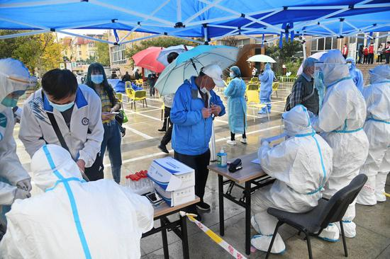Residents receive COVID-19 tests at a testing point in Shibei District of Qingdao, east China's Shandong Province, Oct. 14, 2020. (Xinhua/Li Ziheng)