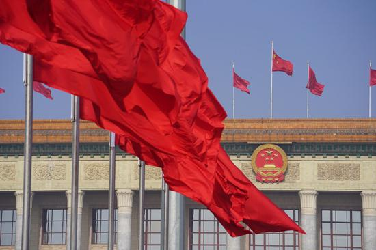 Photo taken on May 22, 2020 shows flags on the Tian'anmen Square and atop the Great Hall of the People in Beijing, capital of China. (Xinhua/Xing Guangli)