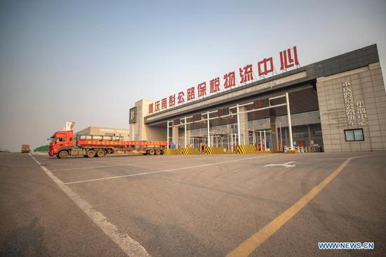 Photo taken on Nov. 17, 2020 shows a cross-border highway regular lorry for Kazakhstan leaving the Nanpeng Highway Bonded Logistics Center in southwest China's Chongqing Municipality. The logistics center sent its first cross-border highway regular lorry for Kazakhstan on Tuesday. To date, several road freight transportation routes, including Chongqing-Singapore, Chongqing-Myanmar, and Chongqing-Vietnam services, have been made available. Cargos with a total worth of 1.158 billion yuan (about 176 million U.S. dollars) have been delivered through these highway lorries so far this year. (Xinhua/Huang Wei)