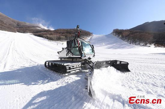 A snowplow cleans a course at the National Alpine Skiing Center in Yanqing, Beijing, Dec. 29, 2020. (Photo: China News Service/Jiang Qiming)