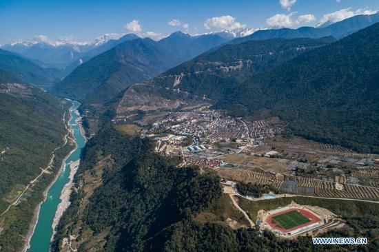 Aerial photo taken on Feb. 13, 2021 shows the view of Yarlung Zangbo River and Medog County in Nyingchi City of southwest China's Tibet Autonomous Region. (Xinhua/Sun Fei)