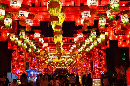 Photo taken on Feb. 14, 2021 shows light decorations at a temple fair in Jiajiazhuang Village of Fenyang City, north China's Shanxi Province. (Xinhua/Cao Yang)