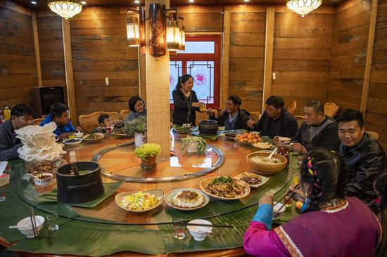 Zhang Chunhuan and his family members have dinner on the eve of the Chinese Lunar New Year in Medog, southwest China's Tibet Autonomous Region, Feb. 11, 2021. (Xinhua/Sun Fei)
