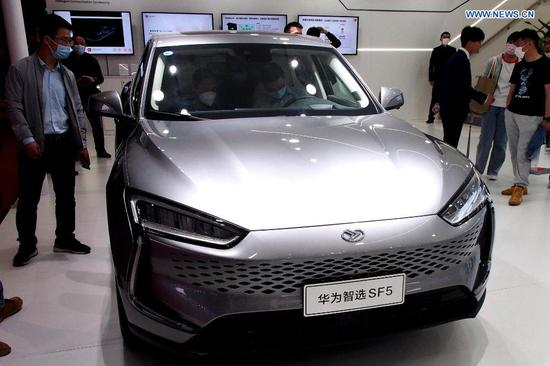 A HUAWEI AI electric vehicle is displayed at the 19th International Automobile Industry Exhibition (Auto Shanghai 2021) in Shanghai, east China, April 28, 2021. The 19th Shanghai International Automobile Industry Exhibition (Auto Shanghai 2021) concluded on Wednesday. The 10-day auto show, which kicked off on April 19, attracted roughly 810,000 visitors and more than 1,000 companies in the auto industry. A total of 1,310 vehicle models were displayed at the show, according to the organizer. Auto Shanghai 2021 is the first major auto show globally to run normally amid the coronavirus pandemic this year. (Xinhua/Chen Fei)