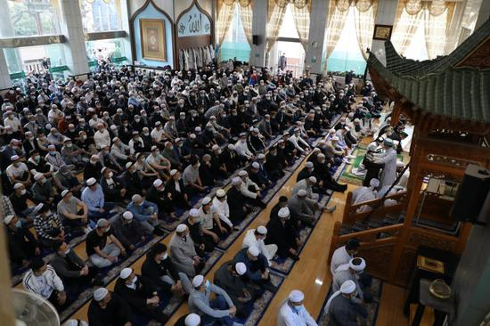 Nearly 800 Muslims attend a service in the Nanguan Mosque in Lanzhou, the provincial capital of northwest China's Gansu Province, to celebrate Eid al-Fitr on May 13, 2021. (Xinhua/Zhang Rui)