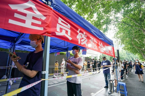 People queue up to receive nucleic acid test at a testing site in Nanjing, capital of east China's Jiangsu Province, July 29, 2021. (Xinhua/Li Bo)
