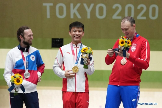 Gold medalist Zhang Changhong (C) of China, silver medalist Sergey Kamenskiy (L) of the Russian Olympic Committee (ROC) and bronze medalist Milenko Sebic of Serbia pose during the awarding ceremony after the 50m rifle 3 positions men's final at the Tokyo 2020 Olympic Games in Tokyo, Japan, Aug. 2, 2021. (Xinhua/Ju Huanzong)