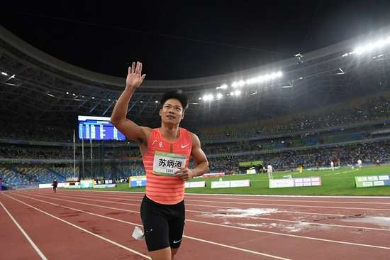 Su Bingtian waves to crowds after winning the men's 100m title at China's 14th National Games in Xi'an, Shaanxi Province, Sept. 21, 2021. (Xinhua/Li Yibo)
