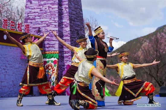 People perform folk arts during a kick-off ceremony for tourism season in Gongbo'gyamda County, southwest China's Tibet Autonomous Region, April 15, 2018. (Xinhua/Liu Dongjun)