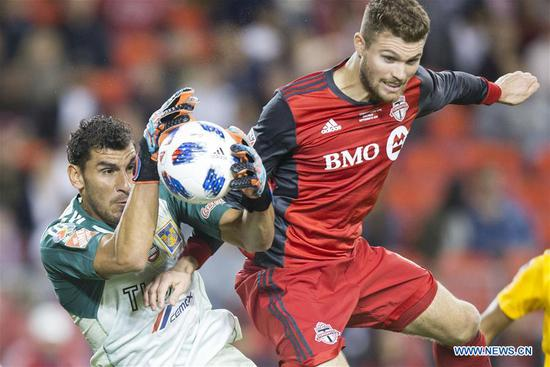 Eriq Zavaleta (R) of Canada's Toronto FC fights for the ball with Nahuel Guzman of Mexico's Tigres UANL during the inaugural Campeones Cup match between Canada's Toronto FC and Mexico's Tigres UANL at BMO Field in Toronto, Canada, Sept. 19, 2018. Mexico's Tigres UANL won 3-1 and claimed the title. The Campeones Cup, established in 2018, is an annual North American soccer competition contested between the champions of the previous Major League Soccer season and the winner from Liga MX. (Xinhua/Zou Zheng)
