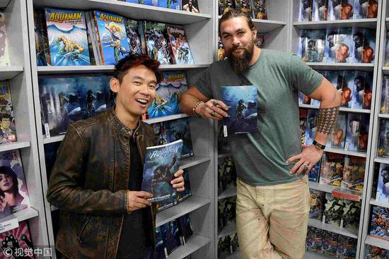 "Director James Wan (L) and Jason Momoa attend the ""Aquaman"" meet and greet at Forbidden Planet in London, England, November 27, 2018. /VCG Photo"