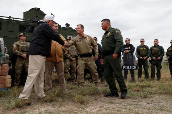 Trump visits southern border